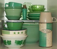 Vintage green, my fave! in the vintage kitchen Vintage Kitchenware, Vintage Dishes, Vintage Glassware, Vintage Items, Vintage Pyrex, Vintage Dinnerware, Vintage Stuff, Green Kitchen, Kitchen Ware