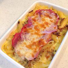 マカロニ(今回はペンネ)をコンソメスープで煮て、炒めたたまねぎとひき肉を合わせ、牛乳と卵、コンソメスープを合わせた生地を流し込んで、生ハム、チーズをふって魚焼きグリルで焼いたもの。魚焼きグリルは上面が焦げるので、途中でホイルをかぶせて焼きます。 制作中の本のレシピから。 - 12件のもぐもぐ - マカロニ・ラティッコ弁当 by kumi1193