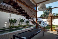 Cortina de aço corten é destaque de casa grande de 4 andares - Casa