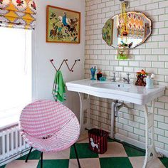 .really like the odd mix in this bathroom