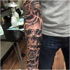 Skull Tattoo For Men - Tattoo Inspiration - Tattoos Jj Tattoos, Kurt Tattoo, Skull Rose Tattoos, Skull Sleeve Tattoos, Best Sleeve Tattoos, Tattoo Sleeve Designs, Trendy Tattoos, Tattoo Designs Men, Body Art Tattoos
