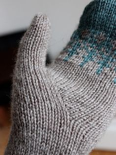 "Stylish thumb gusset for a mitten. Ravelry ALSO THUMB gusset found in ""give a hoot"" mitten pattern Knit Mittens, Knitted Gloves, Knitting Socks, Hand Knitting, Gilet Crochet, Knit Or Crochet, Knitted Fabric, Knitting Stitches, Knitting Patterns"