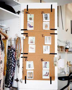 Zoek zeven looks uit voor elke dag van de week. Plak ze op een ander prikbord om zo een weekoverzicht te maken. | #STUDIObyIKEA #IKEA #IKEAnl #kledingkast #garderobe #tip #inspiratie #KÄNNETECKEN #washitape