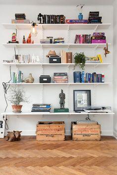 Estantería - Librería para mi salón low cost, me encanta la idea de las cajas de madera para guardar.