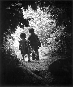 """© Foto de W. Eugene Smith. The Walk to Paradise Garden, 1946.    Em 1946, o fotógrafo norte-americano W. Eugene Smith (1918-1978) foi passear na floresta com seus dois filhos. """"Enquanto seguia meus filhos, eles avistaram algumas árvores mais altas e ficaram encantados com a descoberta. De repente, Pat agarrou Juanita pela mão e correu para a frente."""""""