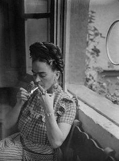 Frida fumando