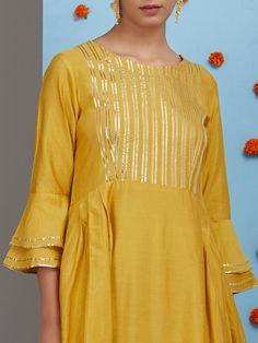gota patti encaje en el cuello de la kurti - gota patti spitze am hals der kurti Kurti Sleeves Design, Sleeves Designs For Dresses, Neck Designs For Suits, Kurta Neck Design, Dress Neck Designs, Sleeve Designs, Blouse Designs, Pakistani Dresses Casual, Casual Dresses