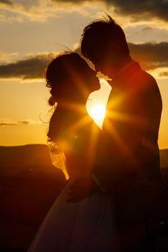 サンセットウエディングフォト。@北海道 Pre Wedding Poses, Wedding Couple Poses Photography, Couple Photoshoot Poses, Pre Wedding Photoshoot, Romantic Wedding Photos, Wedding Pictures, Foto Wedding, Outdoor Couple, Cute Love Pictures