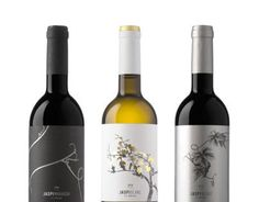 """The """"blanc"""" is the white wine grape variety of the JASPI collection.It has a fresh character but with a touch of wood. This is what the label wants to communicate. A classic representation of the vineyard, in the same way as in the rest of the collection…"""