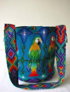 Esta mochila tuvo un proceso de elaboración de un mes. La base quiere dar la idea de una flor de plumas que le da nacimiento a las ocho gu...