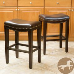 The Avondale counter stool combines elegance and structure. It features a well-padded leather seat,