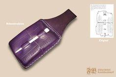 Wachstafelfutteral aus gepresstem Leder nach einem Fund aus Den Briel (Niederland); Leder aus eigener Blauholzfärbung; Stylus aus Bein diente gleichzeitig als Verschluss.