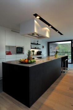 Zwart witte keuken, ook in de verlichting