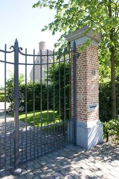 outdoor living - Who is at the gate? Driveway Paving, Driveway Entrance, Entrance Gates, Brick Garden, Garden Gates, Edwardian House, Belgian Style, Iron Gates, Gate Design