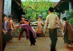 Traditional folk games of Vietnamese ~ Sharing Vietnam Travel Experiences Cute Kids Photography, Traditional Games, Vietnam Travel, World Cultures, Childhood Memories, Nostalgia, Folk, Teen, Couple Photos