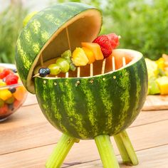 Watermelon Grill with Fruit Kabobs Make a watermelon centerpiece that's functional and edible. Add some fruit kabobs and you've got a BBQ grill that will thrill. Cute Food, Good Food, Yummy Food, Tasty Videos, Food Videos, Hacks Videos, Fruit Recipes, Cooking Recipes, Cooking Ideas