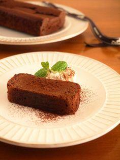 板チョコを溶かして混ぜて焼くだけ!簡単「大人の濃厚ガトーショコラ」レシピ