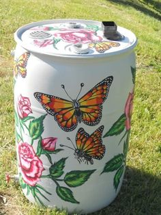 (link) RAIN BARREL PAINTING INSPIRATION ~ Painted rain barrel ~ Use spray paint formulated for plastic like Krylon's Fusion for Plastic or Rust-oleum's Plastic Primer as a base and outdoor acrylic paints for the decorative painting. Painted Trash Cans, Painted Milk Cans, Rain Water Barrel, Rain Barrels, Yard Art, Cottage Garden Design, Garden Whimsy, Garden Junk, Cottage Gardens