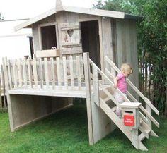 Speelhuisje van steigerhout voor in de tuin