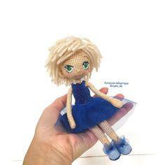 Куколка Таисия сидит на ладошке, свесила ножки! Фото для масштаба Рост 18 см одежда снимается, стоит самостоятельно Связана из хлопка на проволочном каркасе, На заказ по фото#кукольнаялабораторияоля_ка #olyaka_lab