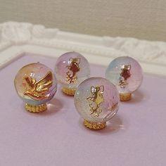 WEBSTA @ hanyanyasann - いつも2液なのでUVなものも出したく試作✧*.虹色と花の妖精の珠♪花の配置なんどか試したけど手前のもので作ろうかな#レジン #uvレジン #resin #ハンドメイド #handmade #妖精 #fairy #花 #flower #鳥 #bird #虹色 #虹
