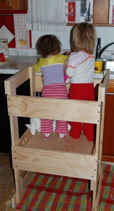 I'd like to make myself a DIY learning tower, too. Children love to be kitchen helpers and this is a safer way to let them participate. Diy Kids Kitchen, Learning Tower, Spring Projects, Kids Wood, Outdoor Christmas Decorations, Diy Craft Projects, Wooden Projects, Cool Kitchens, Diy For Kids