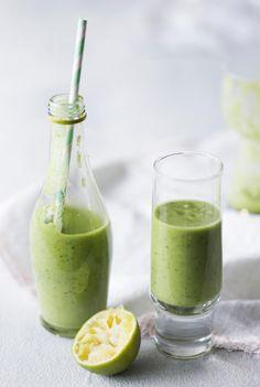 Avokado-vihersmoothie | Vihreä smoothie on ihanan täyteläistä ja raikasta juotavaa! Avokado-vihersmoothie on loistava aamupala.