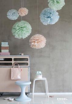 Et sett inkluderer tre poms i matchende farger. Dette settet inkluderer pudderfargene lys rosa, lys bl og lys grnn. Strrelse i diameter: 45, 47 og 50. Hver pom kommer med en silkesnor til oppheng. Pomene er laget av tynt, fint kvalitetspapir og er lette  folde ut, det er bare  skille papirene fra hverandre. Kan brukes til pynt ved dp, bryllup, bursdag - eller som pynt p barnerom osv