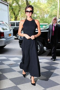 The Striking Transformation of Victoria Beckham's Little Black Dress- Women of style. Get inspired and find your own unique style for woman of all ages. Casual interesting and cool fashion. Real clothes for real women. Laura Lee, Victoria Beckham Style, Victoria Style, Body Hugging Dress, Victoria Fashion, Dress Out, Fashion Mode, Spring Fashion, Celebrity Style
