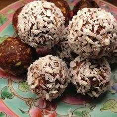 Dit is een super simpel recept heerlijk als tussendoortje: chocolade kokos dadel balletjes. En het allerleukste is dat je eindeloos kan variëren met de ingrediënten. Neem dadels als hoofd ingrediënt en voeg telkens andere noten toe. De cacao kan je eventueel weglaten net als het chiazaad. Ook kan je de kokos weglaten of vervangen door …