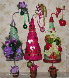 Новогодний праздник прочно ассоциируется с запахом хвои, мандаринами и наряженной елкой. Но иногда нет возможности или места, чтобы установить настоящее или искусственное деревце. Можно сделать и стилизованную ёлочку, используя различные материалы, которая подарит вам и вашим близким праздничное настроение. фото 2
