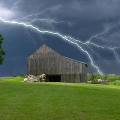 Lighting Storm Over a Barn. Somehow I don't think I would have thought to stand out in the middle of a field during a storm like this to take a picture. However, it is quite an impressive photo. Country Barns, Old Barns, Country Life, Tornados, Thunderstorms, Cool Pictures, Cool Photos, Beautiful Pictures, All Nature