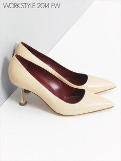 スペイン出身のセレブご用達ブランド「マノロ ブラニク」で見つけたのは陶器肌を思わせるベージュとカーヴィなフォルム、洗練された横顔も叶えるヒールがセクシーな一足。ファッショニスタに倣って、あえて定番ワークスタイルに、素足で履きこなしたい!