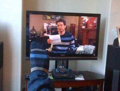 funny-photos-of-sock-matches-shirt-on-tv.jpeg (600×454)