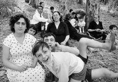 Personnes assis dans l'herbe - Rome © William KLEIN