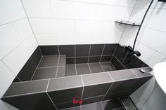 벽돌 조적으로 만든 욕조 사례 Narrow Bathroom, Upstairs Bathrooms, Bathroom Spa, Bathroom Renos, Bathroom Layout, Concrete Bathtub, Bathtub Tile, Bad Inspiration, Bathroom Inspiration
