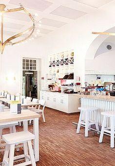 Jugendstil kombiniert mit Gründerzeit, fünf Meter hohe Decken und sommerlich-weißes Mobiliar: Schicker als im Restaurant WIPPN'BK in der Kölner Altstadt-Süd kann es gar nicht sein.
