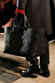 Bottega Veneta Fall 2017 Ready-to-Wear Accessories Photos - Vogue Trendy Handbags, Fashion Handbags, Fashion Bags, Trend Fashion, Fashion Mode, Latest Bags, Vintage Purses, Beautiful Bags, Bottega Veneta