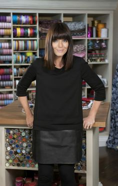 The Great British Sewing Bee presenter, Claudia Winkleman. We love her for her puppy-dog enthusiasm and her cheeky wit! Hipster Grunge, Grunge Goth, Over The Top, Claudia Winkleman Hair, Fringe Hairstyles, Cool Hairstyles, Bob With Fringe, Street Style Vintage, Tv Presenters