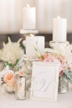 centros de mesa flores y velas. mesero