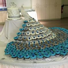 Peacock décor is bright, original and it looks very well with many colors and themes. There are many ways to integrate the peacock theme into the wedding décor. It's not necessary to use peacock fe… Peacock Cupcakes, Peacock Cake, Peacock Wedding Cake, Pastel Cupcakes, Peacock Theme, Wedding Cakes With Cupcakes, Fun Cupcakes, Cupcake Cakes, Cupcake Ideas