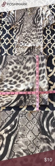 Animal print wide sleeve top 95% polyester 5% spandex 💛 sweater material 💛 size small 💛 PLUS FREE SURPRISE GIFT WITH PURCHASE AND 30% OFF BUNDLES Tops Blouses