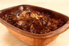 Hvidkålen snittes. <BR> <BR> Sukkeret brunes i en gryde og smørret tilsættes. Kålen hældes i gryden og brunes godt, herefter lægges det hele i en fugtig stegeso og flæsket lægges oveni. <BR> <BR>