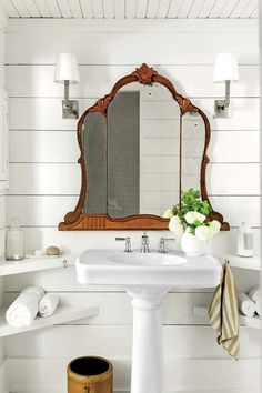 Modern Vintage Bathroom Decor Designs & Ideas For 2018 The key to styling a bathroom with modern vintage design is to choose three major pieces in classic shapes. Accessories complete the modern vintage look. Modern Vintage Bathroom, Vintage Home Decor, Vintage Style, Vintage Bathroom Mirrors, Funky Mirrors, Vintage Bathroom Accessories, 1950s Bathroom, Vintage Clocks, Vintage Farmhouse Decor
