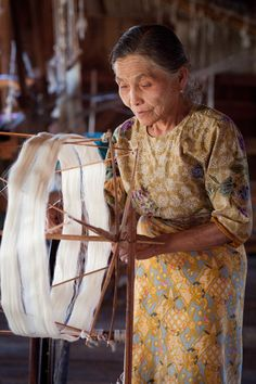 Lotus silk weaving-Burma's Inle Lake, a community of highly skilled textile artisans produce one of the rarest fabrics in the world made from lotus, a divine symbol of their Buddhist faith. Spinning Wool, Hand Spinning, Spinning Wheels, Textiles, Julie Hall, Art Du Fil, Inle Lake, Silk Road, Textile Art