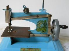vintage french toy sewing machine vintage toy by minoucbrocante, €47.50
