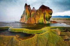 Fly Geyse ネバダ州ブラックロック砂漠の間欠泉で、1964年に油田を掘っていた際に噴出してできたもの。 ネバダ州ブラックロック砂漠の間欠泉で、1964年に油田を掘っていた際に噴出してできたもの。
