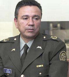 Un general jubilado de la Policía colombiana se declaró culpable ayer de haber ayudado a un grupo paramilitar que introducía cocaína a EEUU a cambio de dinero.