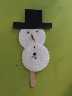 Sneeuwpop van make-up watjes op een ijsstokje.