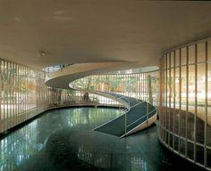 Rampa para sala de estar na Casa de Leonel Miranda, projetada por Oscar Niemeyer